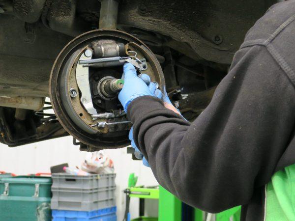 Rear brake drum adjustment